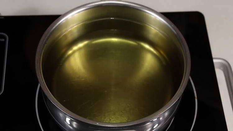 вливаем в кастрюлю масло