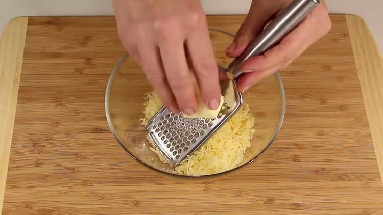 смешиваем сыр и масло