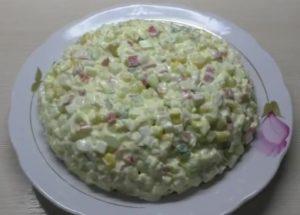 готовим классический крабовый салат с кукурузой по простому рецепту