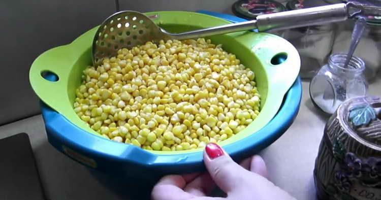 откидываем зерна кукурузы на дуршлаг