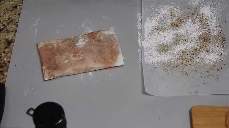 выкладываем куриную грудку на бумагу