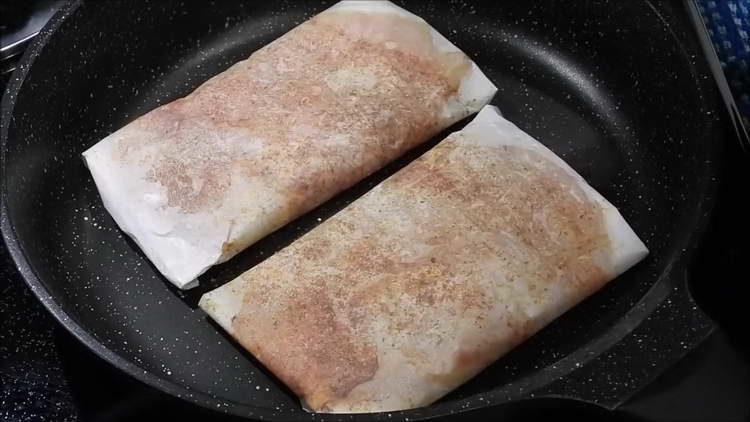 обжариваем мясо на сковородке