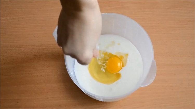 смешайте молоко и яйца