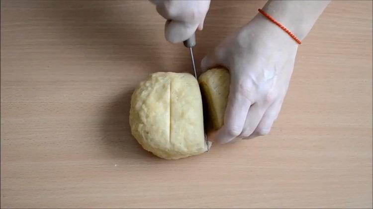 нарежьте тесто