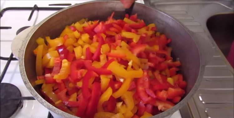 в лук добавляем морковь и перец