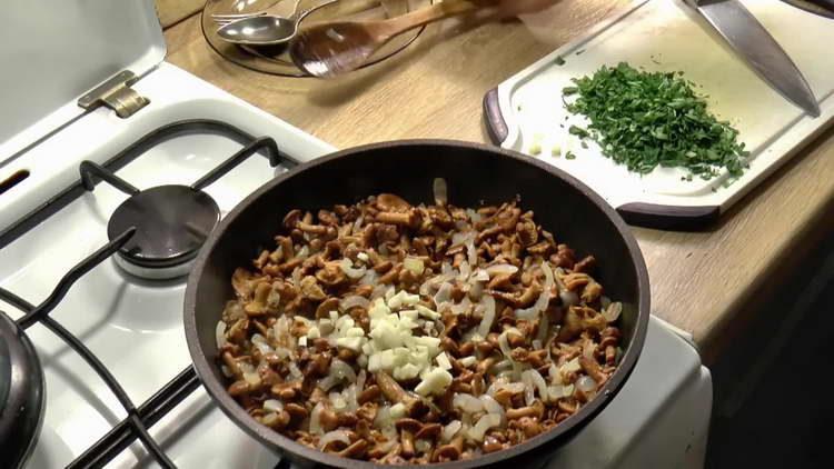выкладываем чеснок к грибам