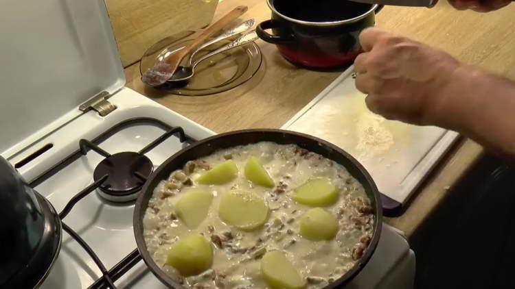 выкладываем картошку к грибам