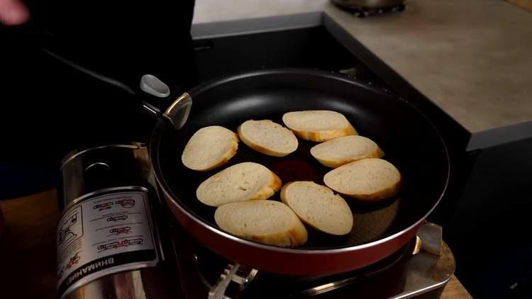 обжариваем кусочки багета