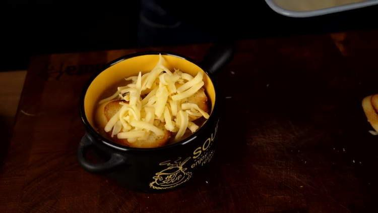 посыпаем суп сыром