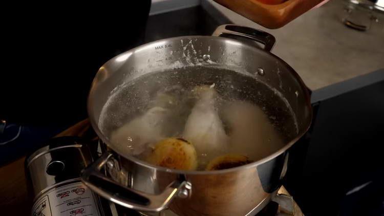 выкладываем лук с морковкой в кастрюлю