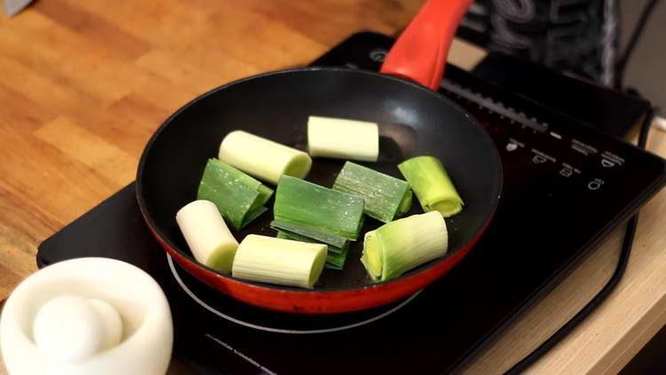 выкладываем лук на сковородку