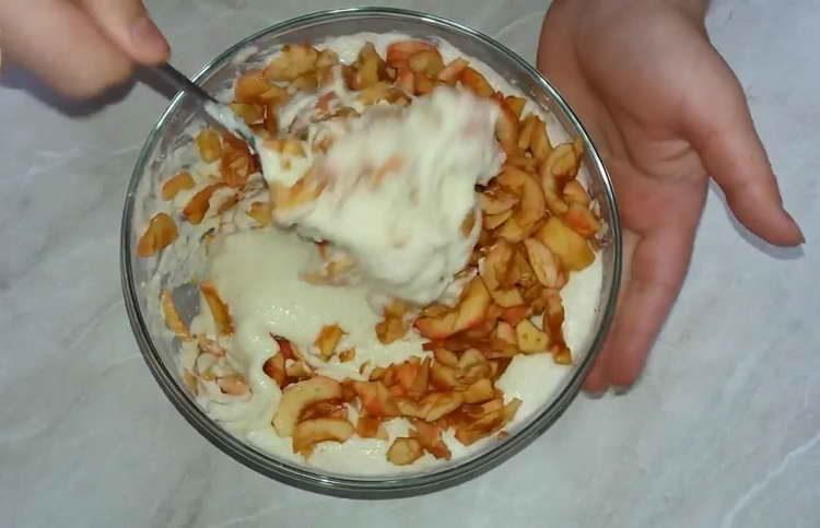 выложите в тесто яблоки