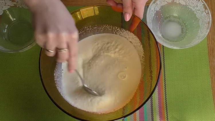 смешиваем манку и молоко