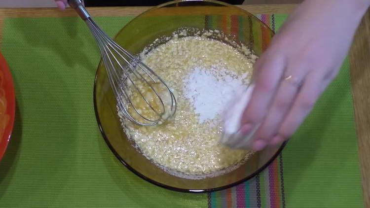 высыпаем разрыхлитель в тесто