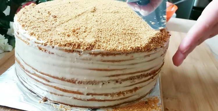 посыпаем торт крошкой