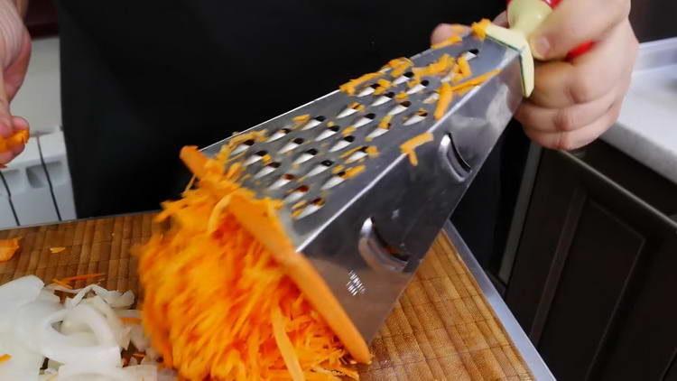 натираем морковку