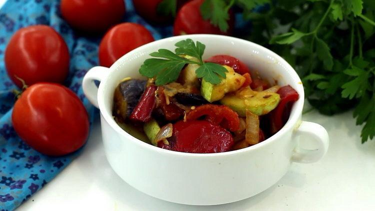Тушеные овощи с баклажанами и кабачками