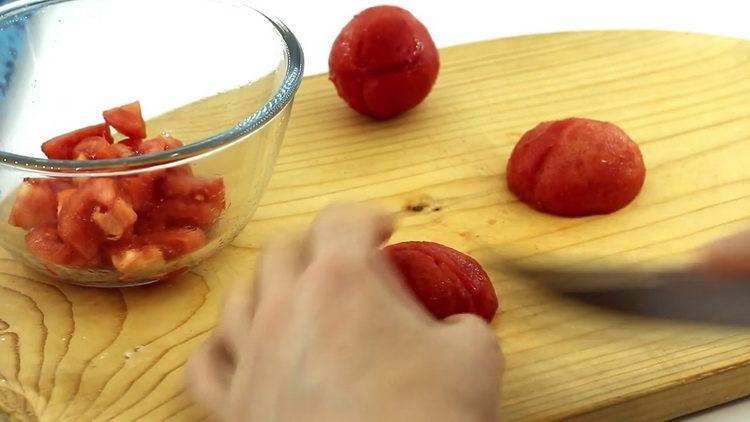 нарежьте помидоры