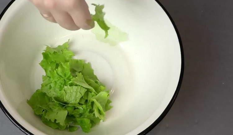в миску выкладываем листья салата
