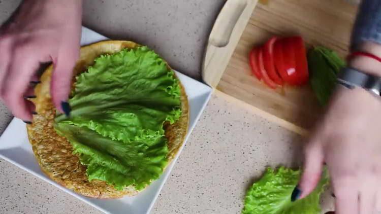выкладываем листья салата на блин