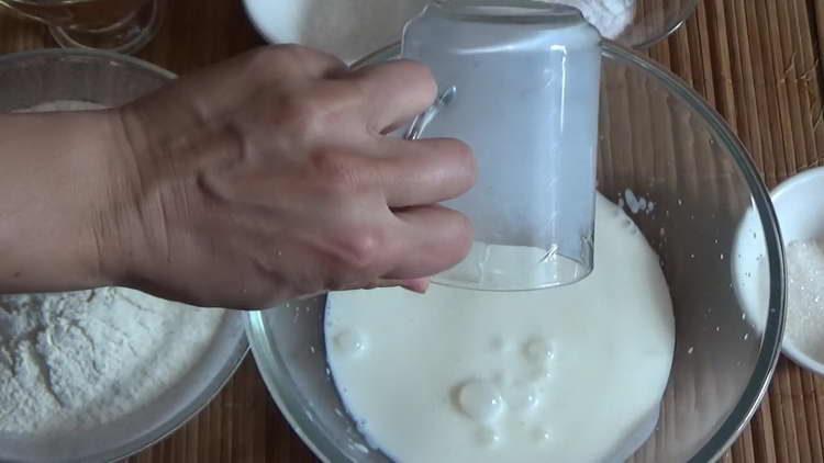 вливаем теплый кефир в миску