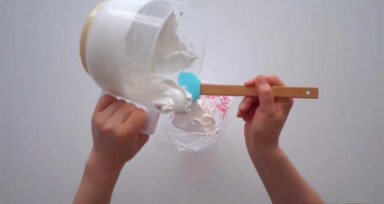 выкладываем белки в кондитерский мешок