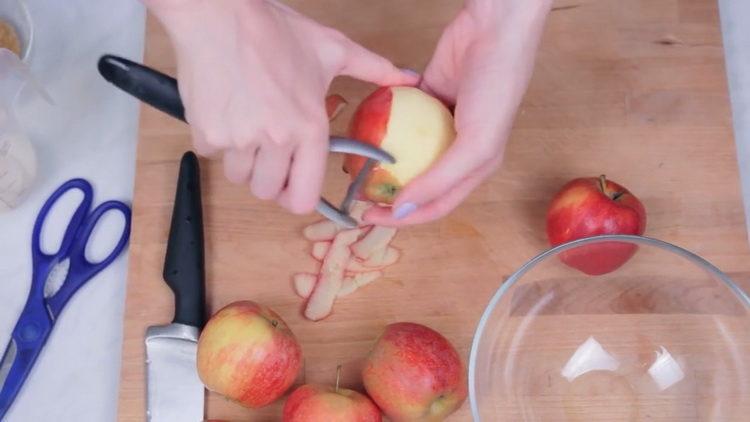 очистите яблоки