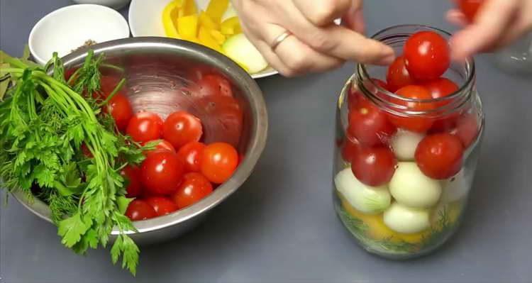 выкладываем в банку овощи и помидоры черри