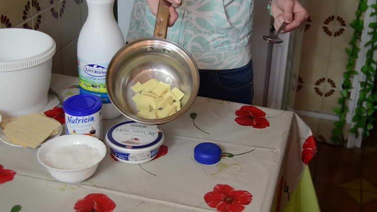 растапливаем белый шоколад в сотейнике