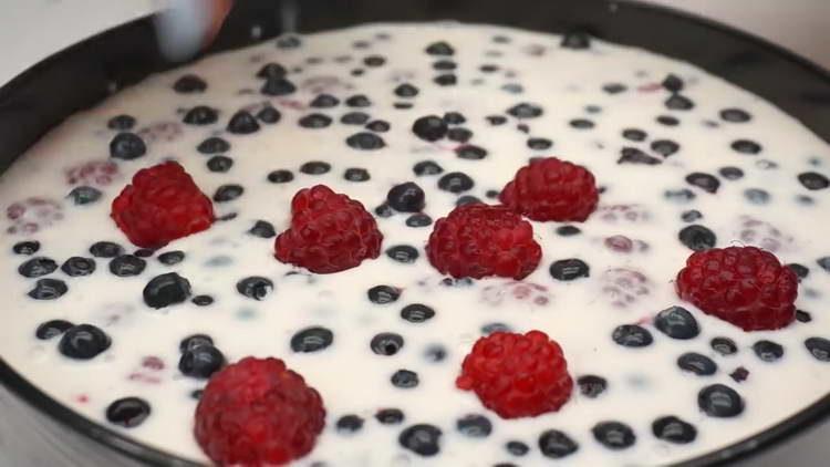 выкладываем на желе ягоды