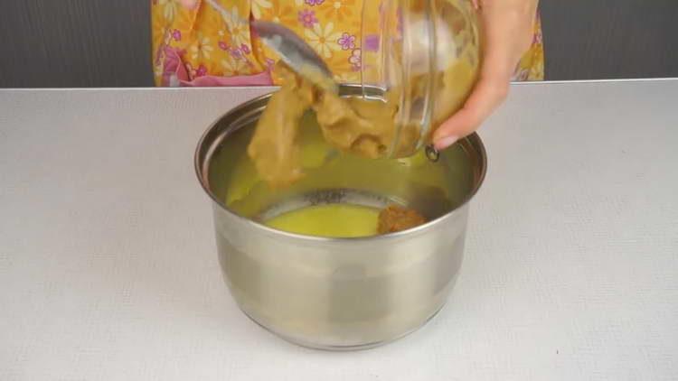 вливаем сгущенку с маслом