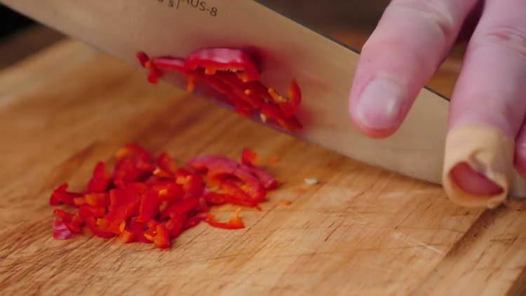 нарезаем острый перец