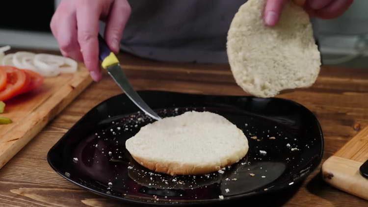 Разрезаем булочки