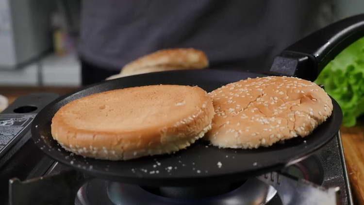 обжариваем булочки