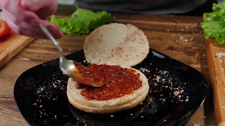 Нижнюю часть булочки смазываем соусом