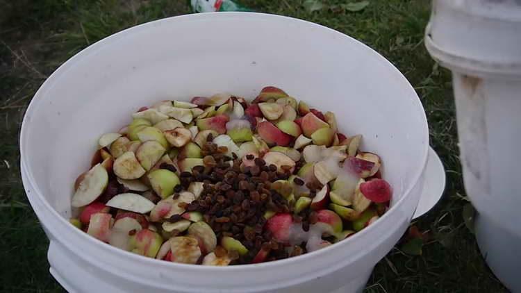 к яблокам добавляем изюм
