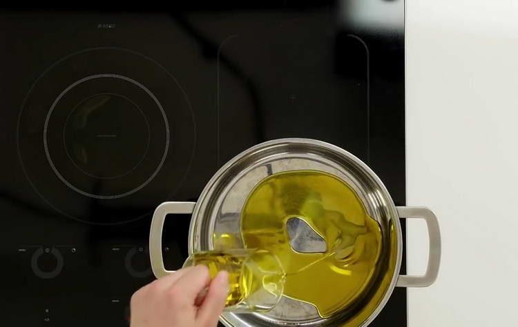 выливаем в кастрюлю масло