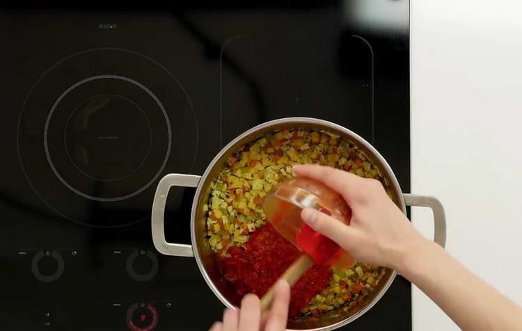 отправляем помидоры в кастрюлю