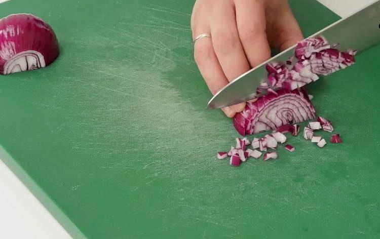 нарезаем красный лук
