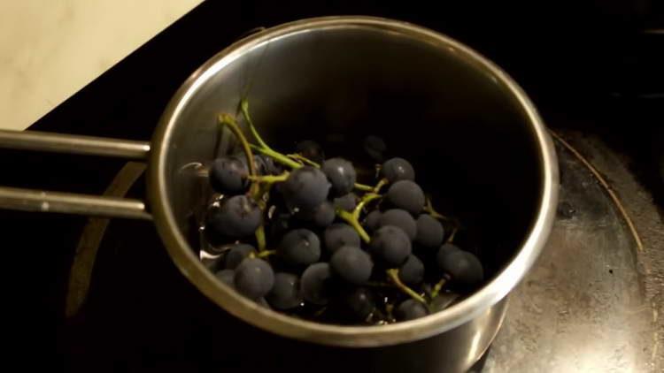 отправляем виноград в сотейнике на огонь