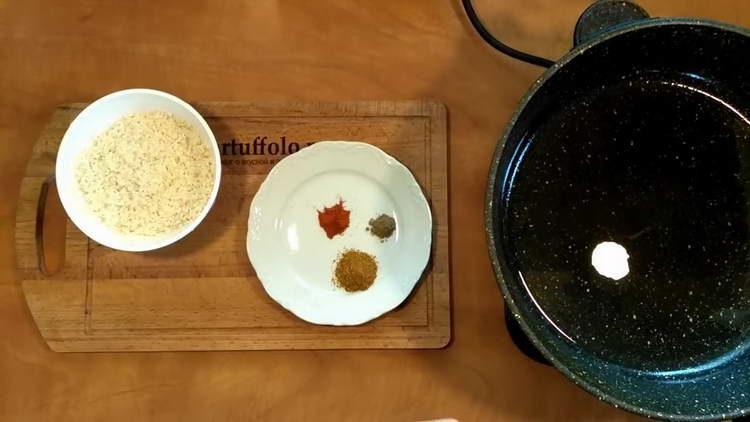в отдельной сковородке нагреваем масло