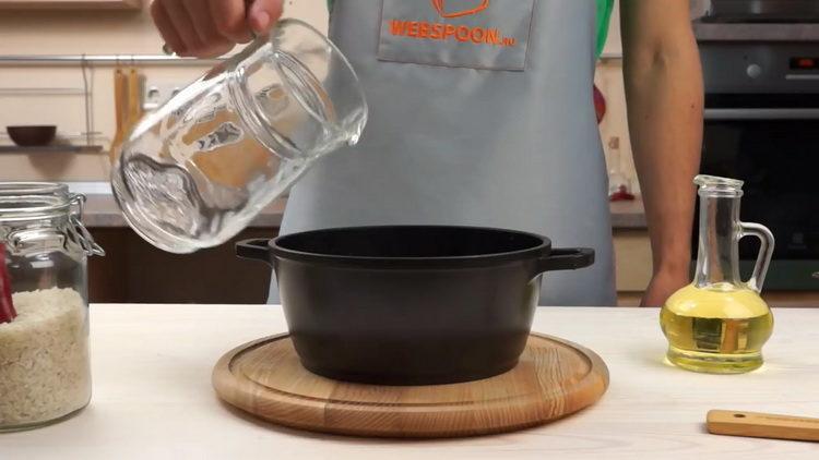 добавьте воду