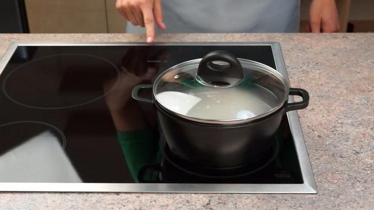 накройте рис крышкой