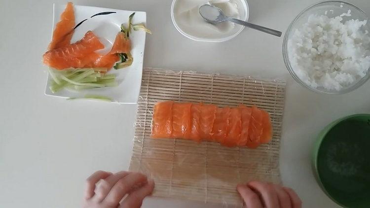 выложите рыбу