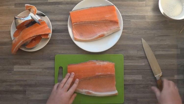 нарежьте рыбу