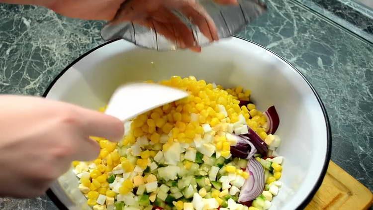 высыпаем в салат кукурузу