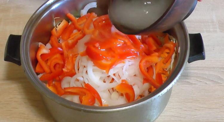 добавьте заправку к овощам
