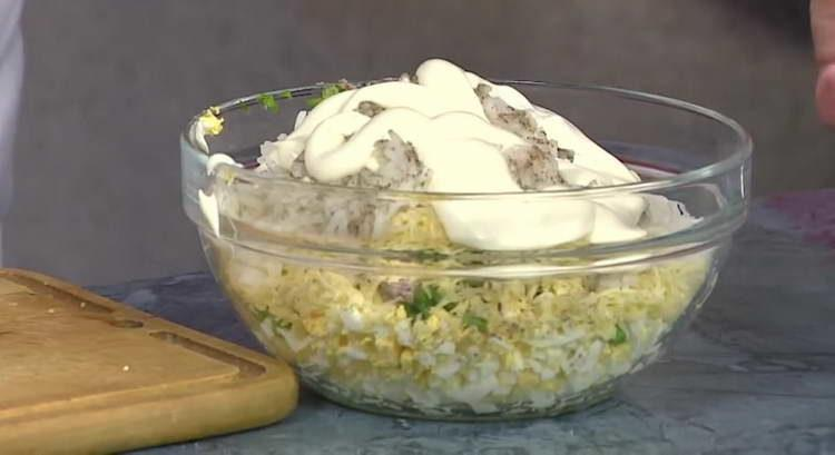 выдавливаем майонез в салат