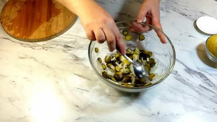 смешиваем лук с огурцом