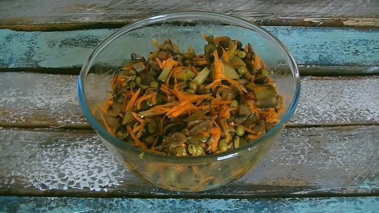Теплый салат с жареными шампиньонами без майонеза
